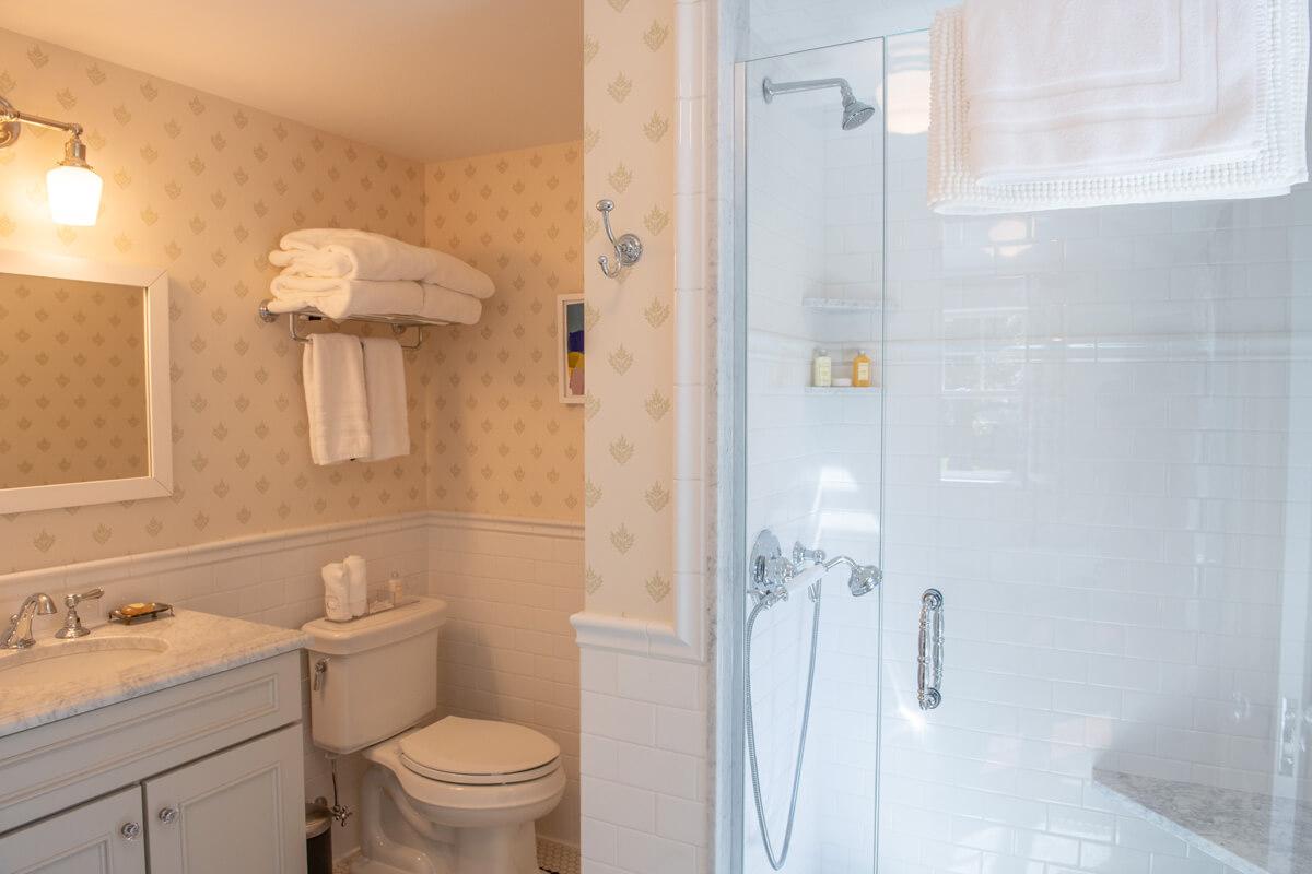 room-3-bathroom-1-slider