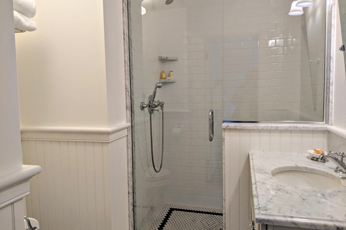 room-8-bathroom-2-slider